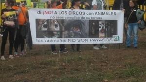 Concentración frente al Circus Kaos.