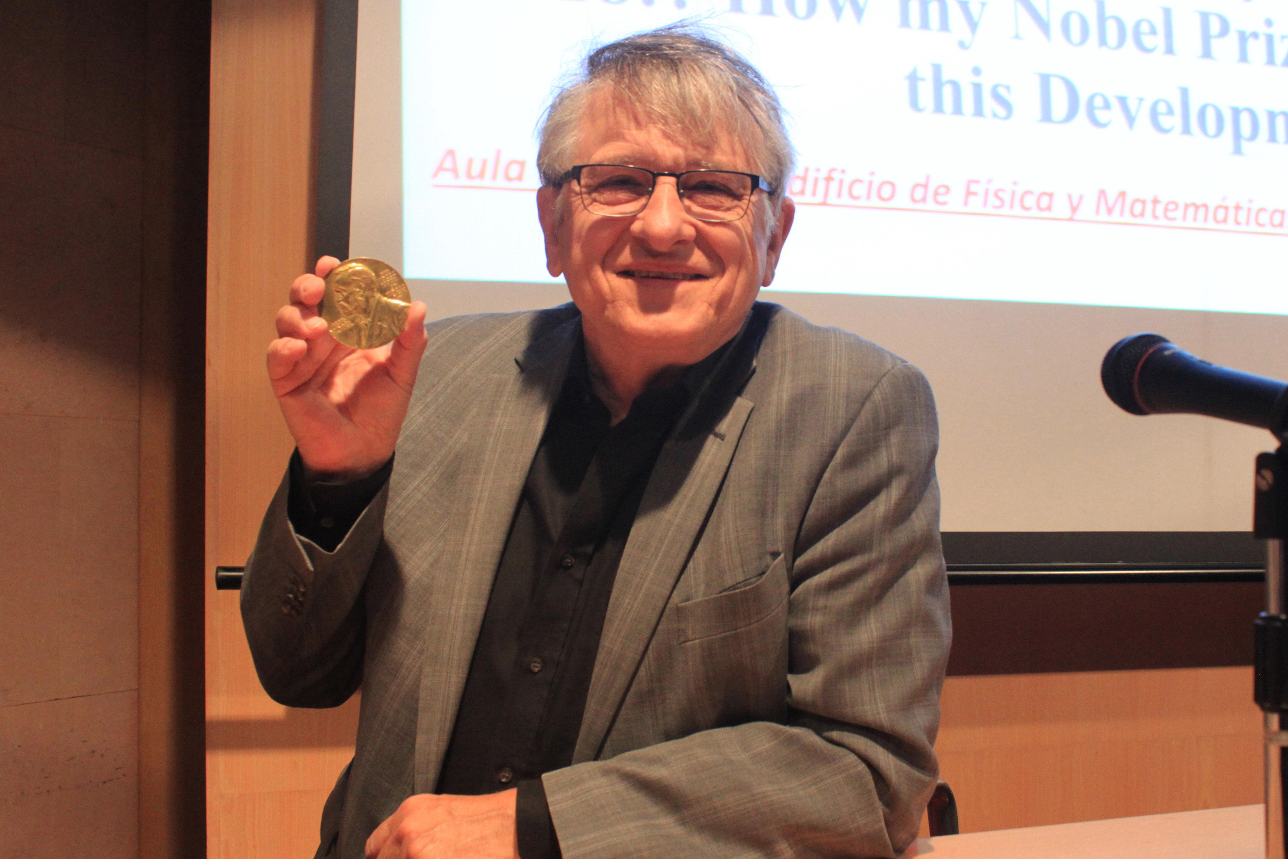 Klaus-von-K.-con-la-medalla-del-Premio-Nobel-CLAUDIA-PAIS.jpg
