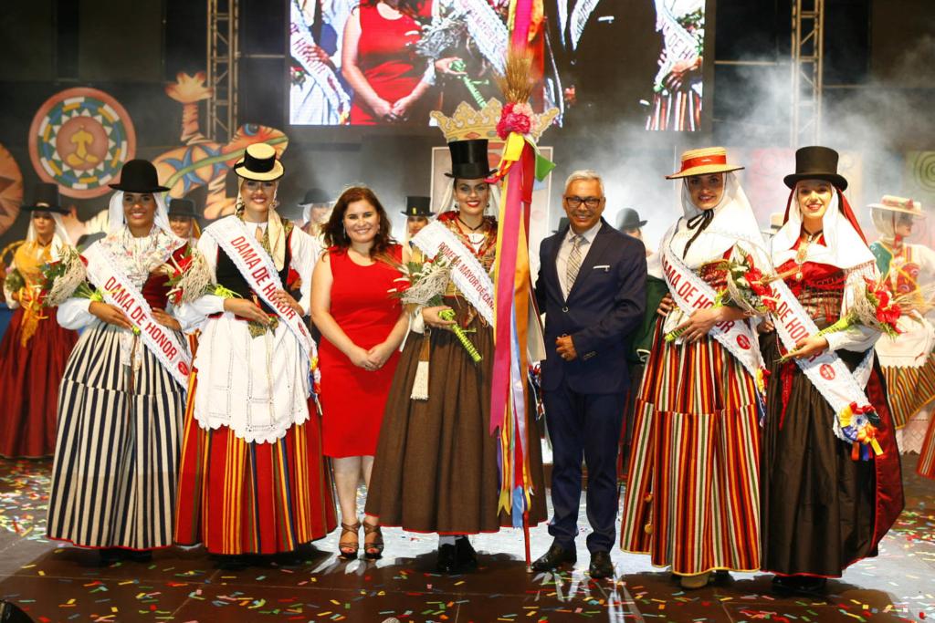 Maria Concepción Brito y Juan Carlos Armas, junto a la Romera Mayor y las cuatro damas de honor