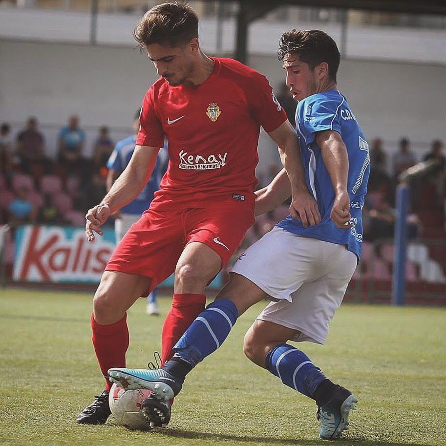 David Soto (de rojo) en un partido con el CD Santa Úrsula