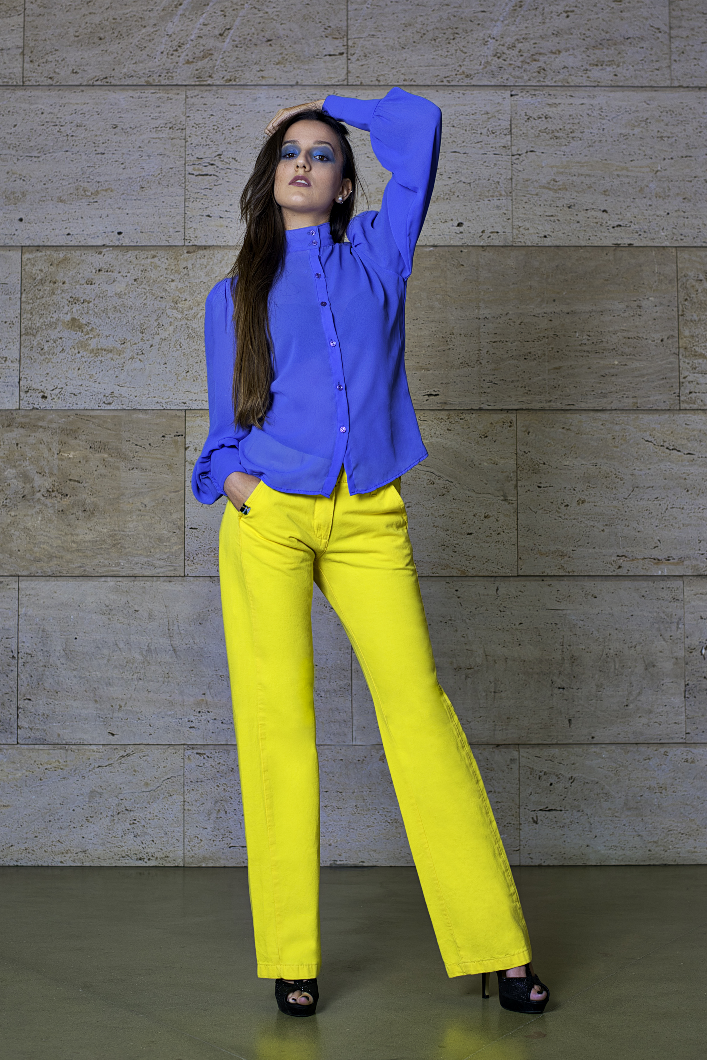 Cuerpo-entero-azul-y-amarillo.jpg