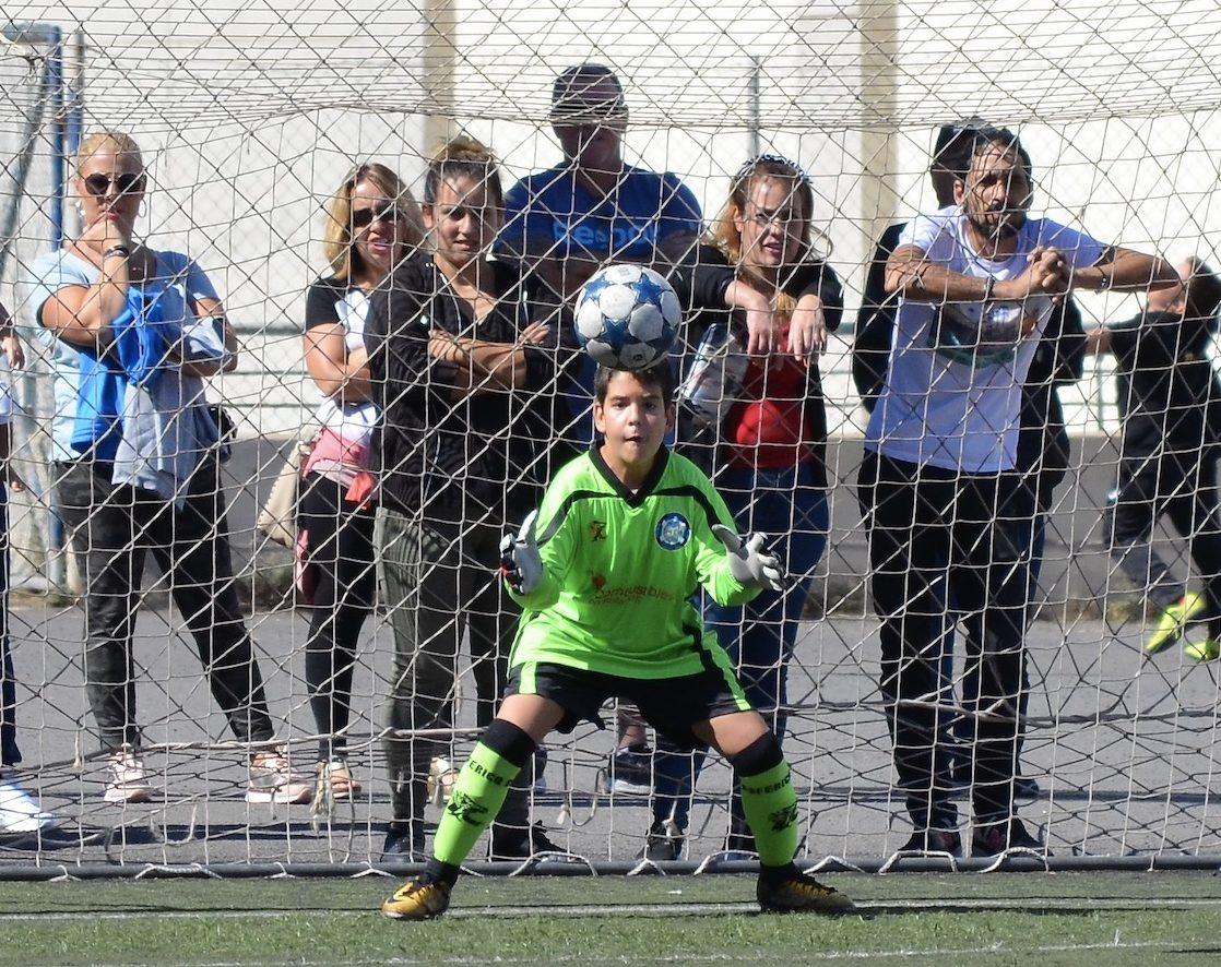 Padres y madres observan un partido de fútbol base. Foto: Néstor Ávila