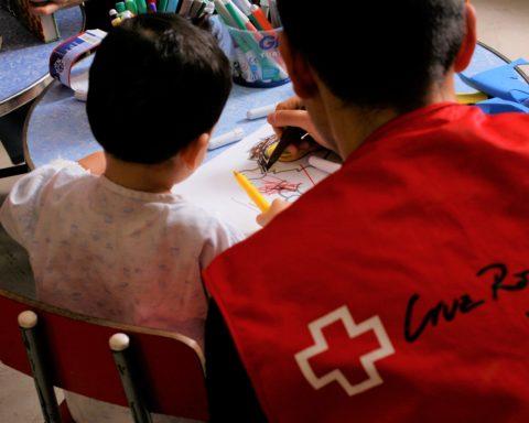 El personal de Cruz Roja trabaja con la infancia en los hospitales Foto: PULL