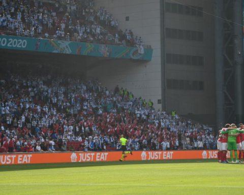 La los jugadores de Dinamarca se unen todos antes de reanudar el partido