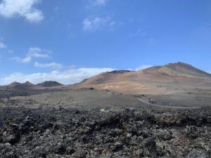 Coladas de lava y uno de los volcanes del parque. Foto: Michael Valdivia