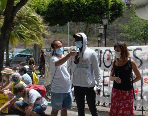 Los migrantes del campamento de Las Raíces compartieron testimonios de su experiencia, contando con traductores al momento.