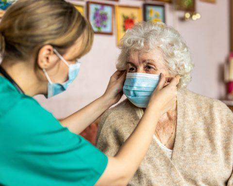La crisis sanitaria ha reforzado las desigualdades en las tareas de cuidado. Foto: Shutterstock.